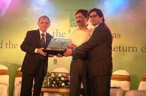 Mr. Sam Balsara, CEO Madison, awarded Mr. Kunwer Sachdev, CEO Su-Kam Power Systems Ltd. for Innovation in Business Process