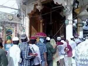 Throngs of pilgrims at the Dargah