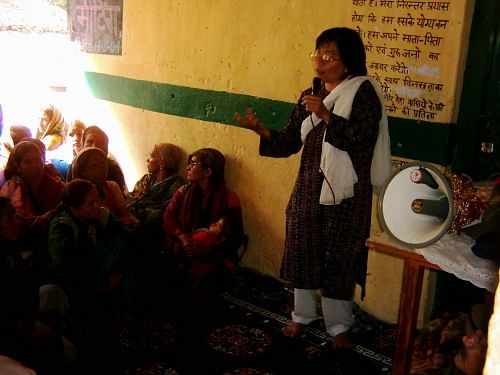 Jyotsna motivating womenfolk of Bhyundar
