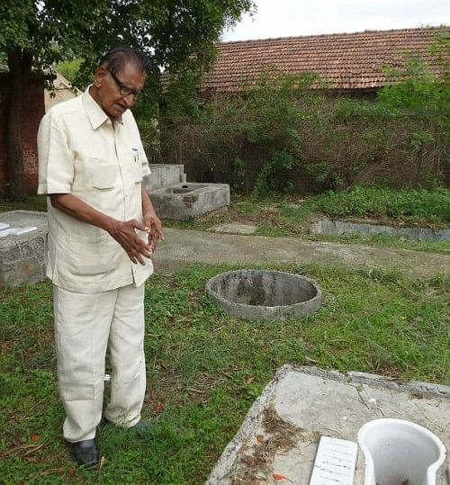 Dr. Mapuskar explaining the principles of the sopa sandas (Photo: Chicu Lokgariwar)
