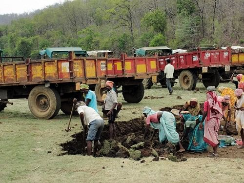 Laborers working on Kisanpuri tank