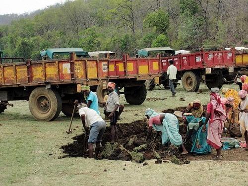 Laborers working on Kisanpuri tank