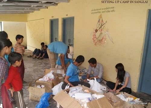 The volunteering team setting up a camp at Sanglai