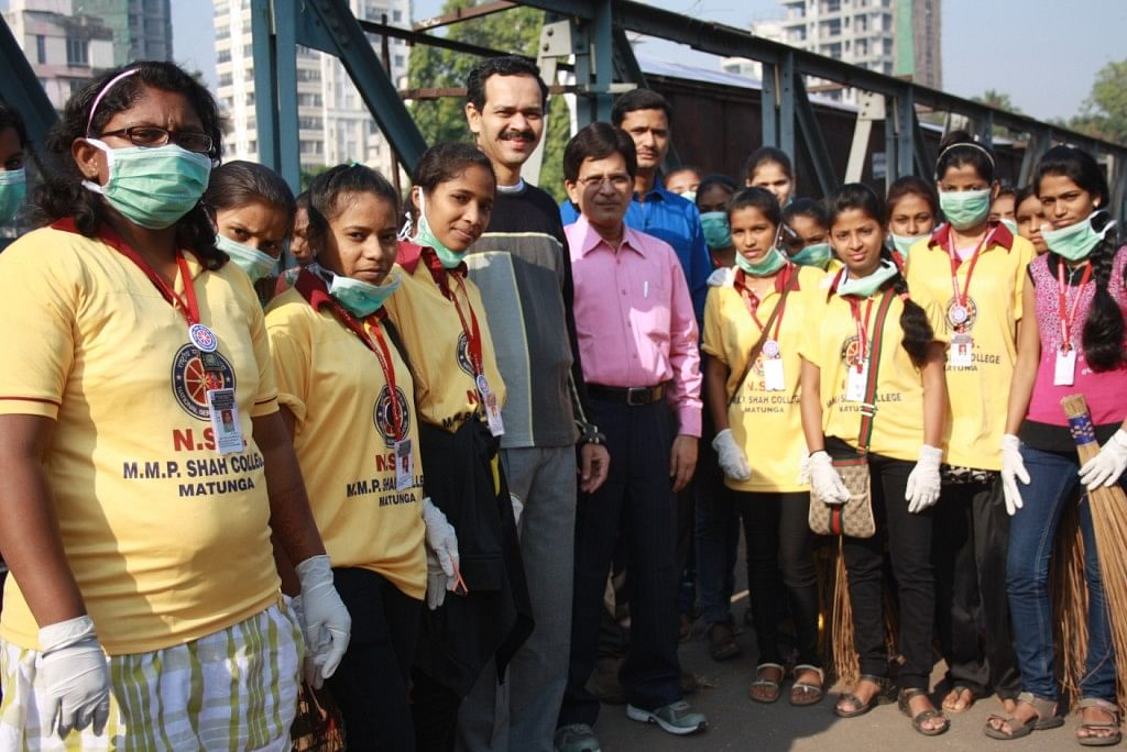 Gaurang Damani (fifth from left) with volunteers.