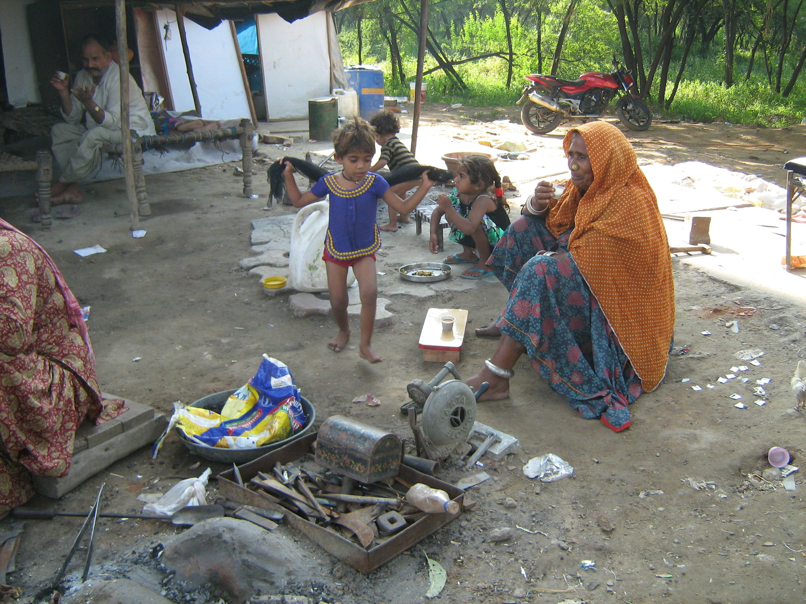 For women, living on the streets is a challenge each day – whether it is cooking a meal by the roadside, finding a place to bathe or fending off sexual predators. (Credit: Anuradha Dutt\WFS)