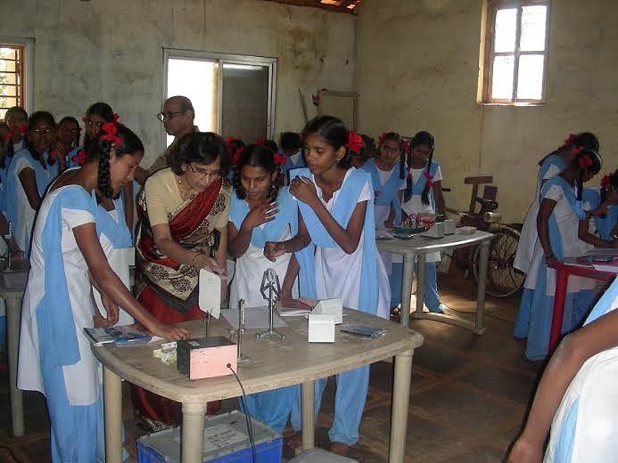 Dr. Kiran Phatak teaching Physics in a school in rural Maharahtra.