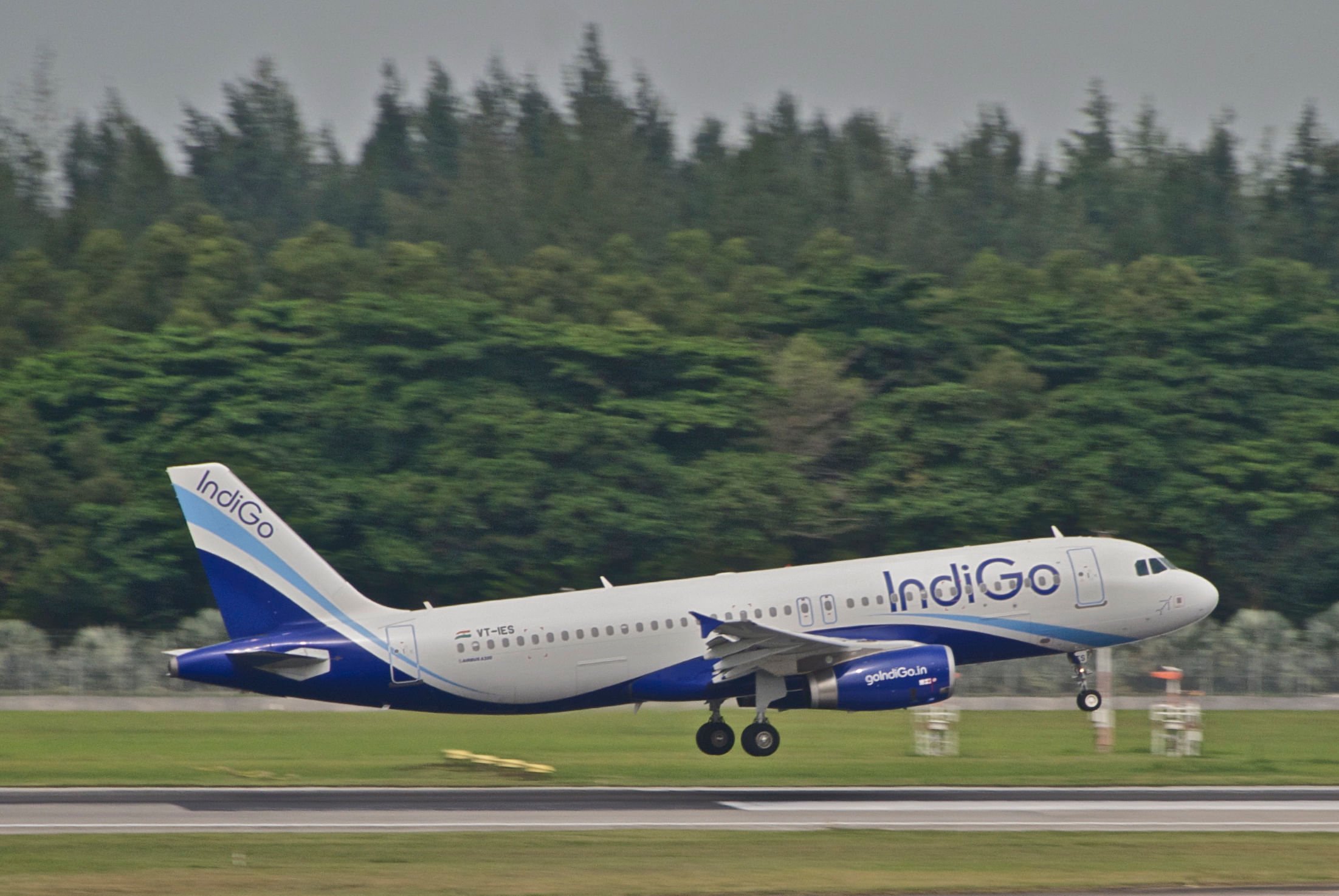 """IndiGo Airbus A320-232; VT-IES@SIN;02.08.2012 668ey (7917210650)"" by Aero Icarus from Zürich, Switzerland -"