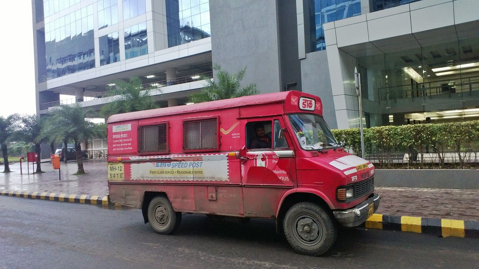 Indian_Postal_Service_TATA_Delivery_Van,_Pune_Maharashtra,_July_2013