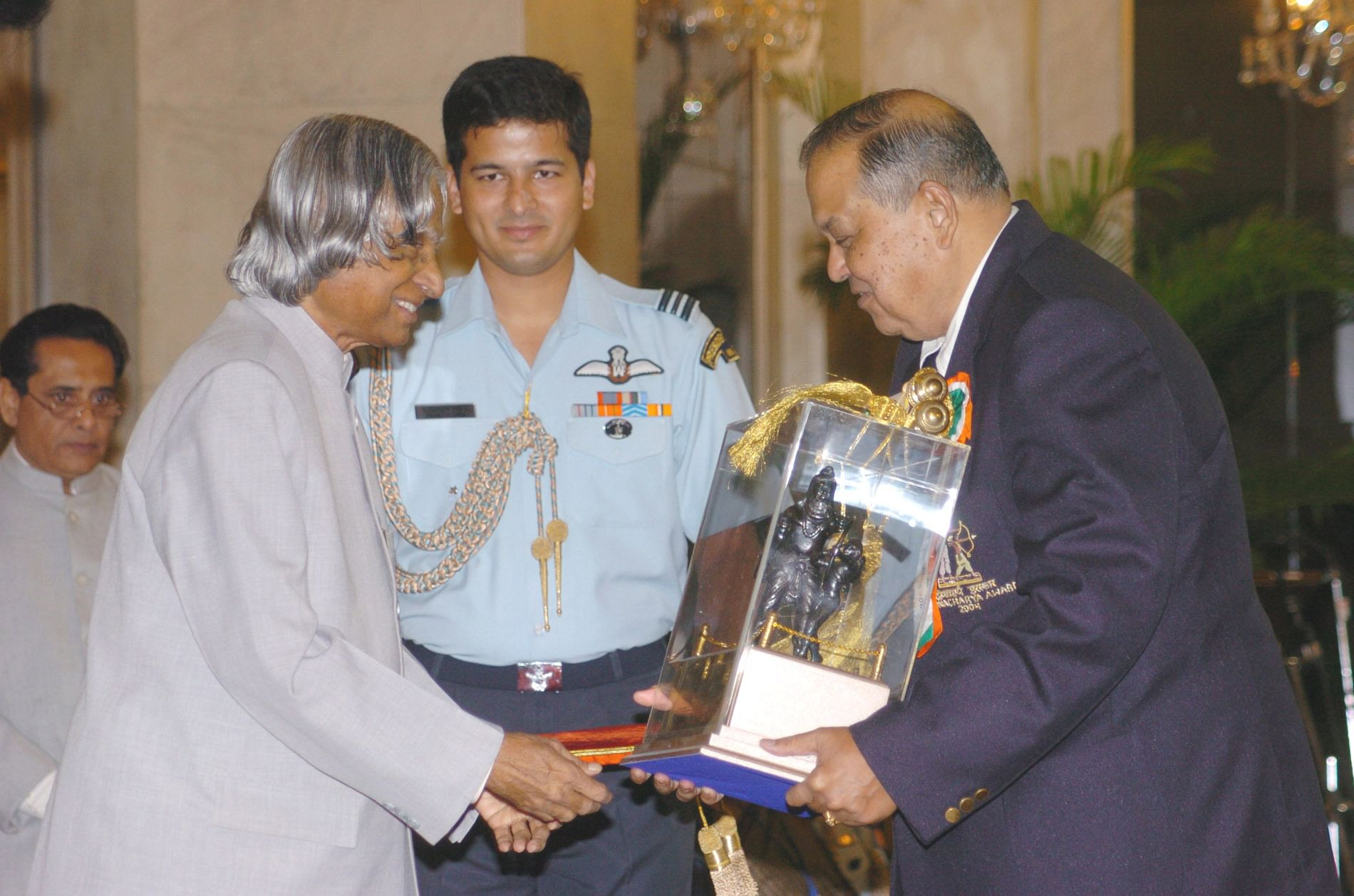 The President Dr. A.P.J. Abdul Kalam presenting the Dronacharya Award for the year 2004 to Shri Arvind Savur for Billiards & Snooker. (Credit: photodivision.gov.in)