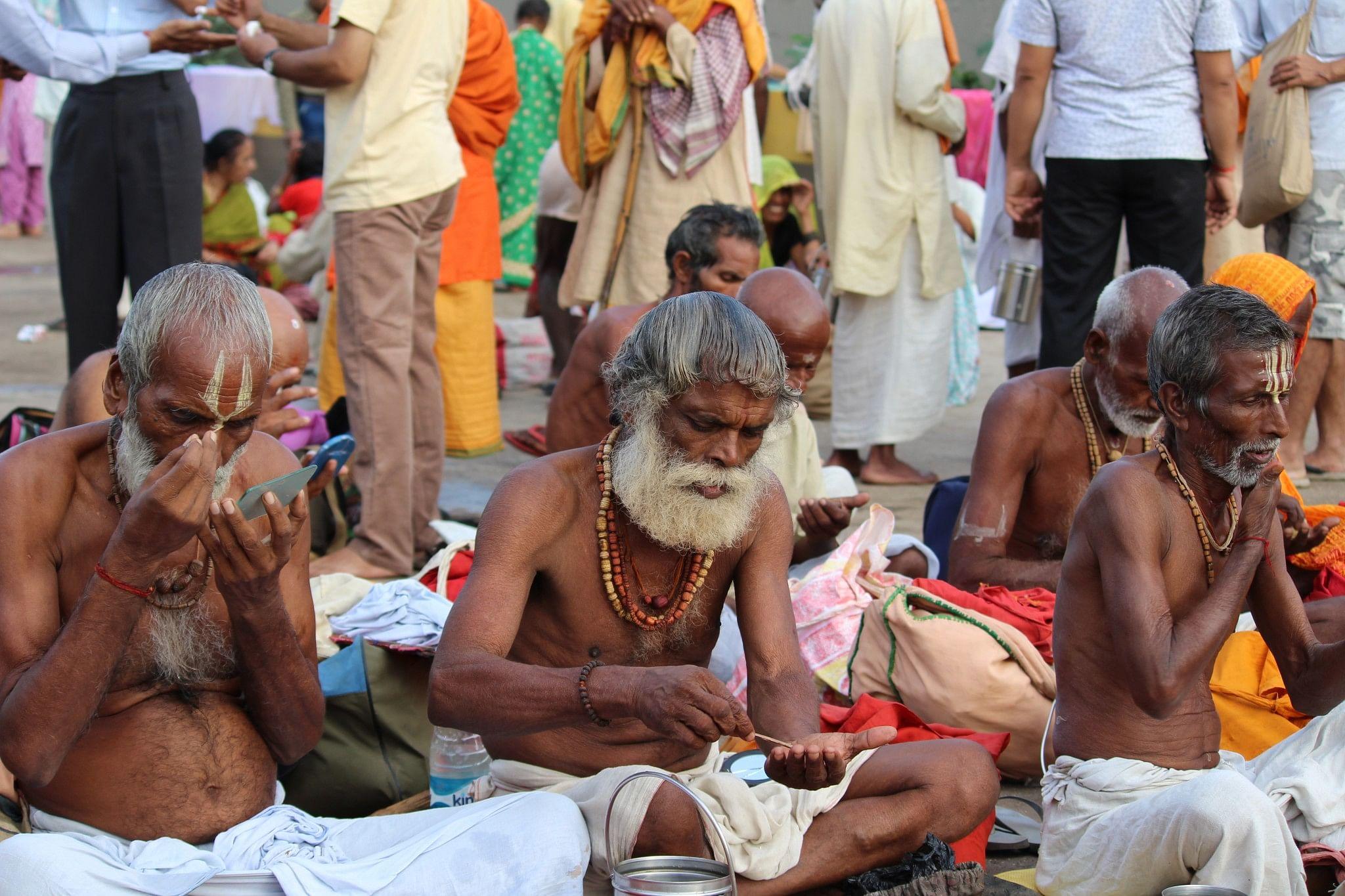 10_Sadhus apply tilaka made of sandalwood paste (1)
