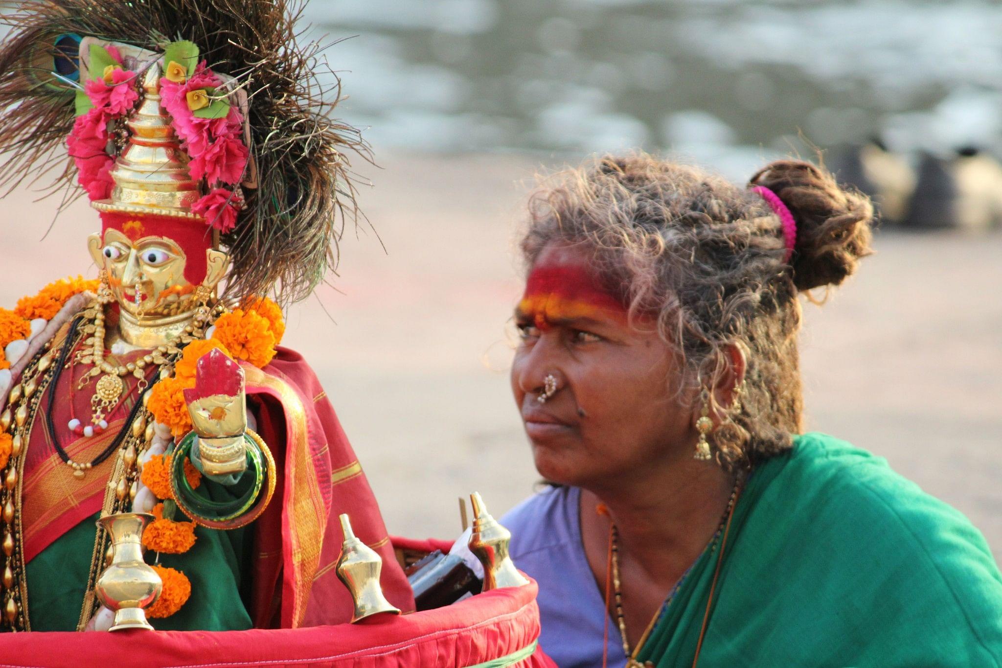 A women arrives with her idol at Ramkund, Nashik