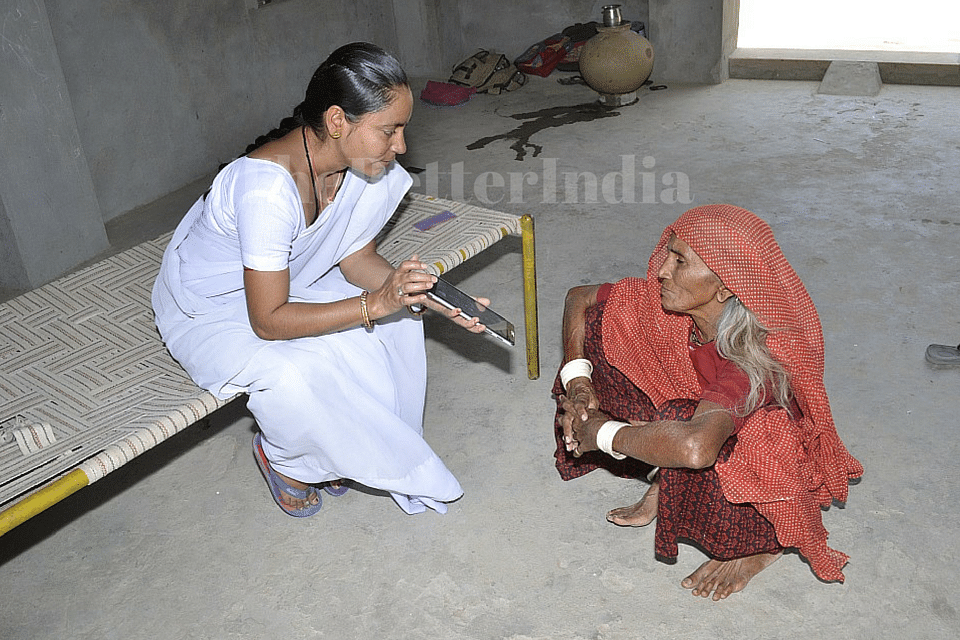 The ANMs are now able to make illiterate rural women understand complicated health issues like anaemia or malnutrition through educative videos on their smart tablet. (Credit: Jalaram\WFS)