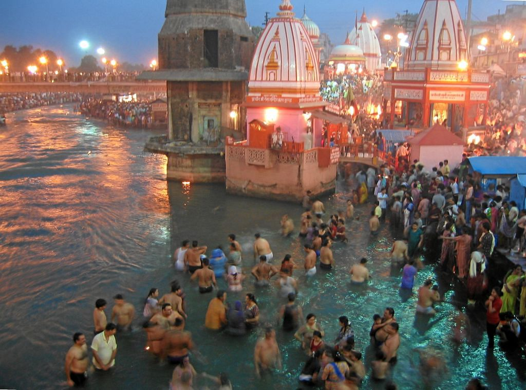 Evening_prayers_at_Har-Ki-Pairi_Ghat_in_Haridwar