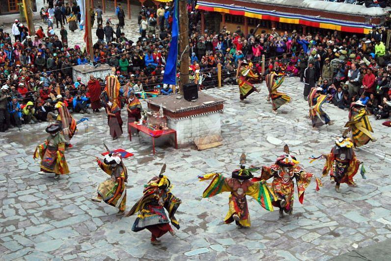 1371563201-hemis-monastery-monks-perform-masked-dance-during-tsechu-festival_2168016