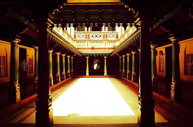 800px-Chettinad_palace_in_Karaikudi
