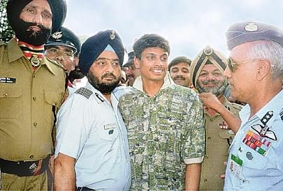 Flight Lieutenant K. Nachiketa, center, is received by Indian Air Force Vice Air Marshall Shashi K. Tyagi, right, at the Wagah border crossing between India and Pakistan Friday June 4, 1999. Flt.Lt. Nachiketa, a pilot in the Indian Air Force, was captured after ejecting from his aircraft during a mission over the disputed Kashmir region. He was released on Thursday in Pakistan but after visa delays made it to the India border on Friday. (AP Photo/Deepak Sharma)
