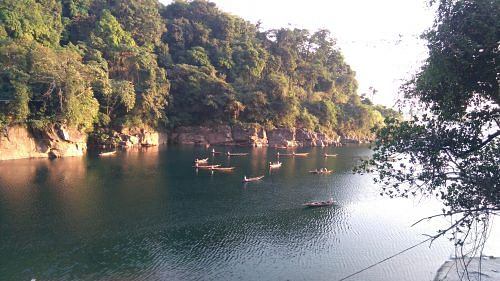 At the Dawki crossing on Umngot river, the landscape becomes the meeting ground for trading culture and craft of the two nations. Tourists can indulge in this or enjoy a pleasure ride on the clear waters, with the service of a hot cup of tea from a passing boat as the sun sets on the horizon. (Photo: Amrita Ravimohan)