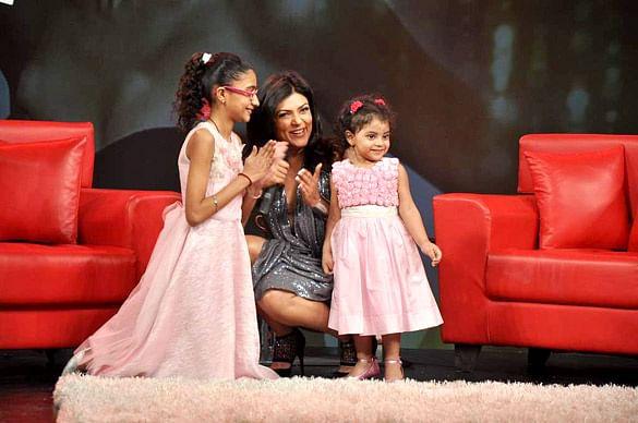 Sushmita_Sen_at_Raveena's_chat_show_for_NDTV_(2)