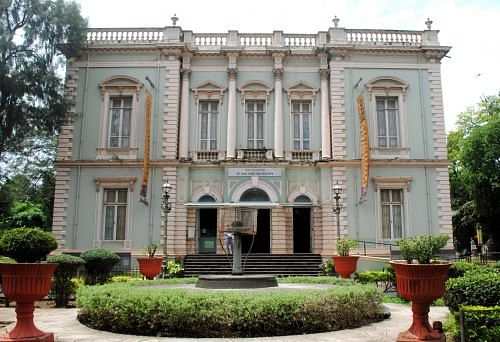 dr-_bhau_daji_laad_museum_facade