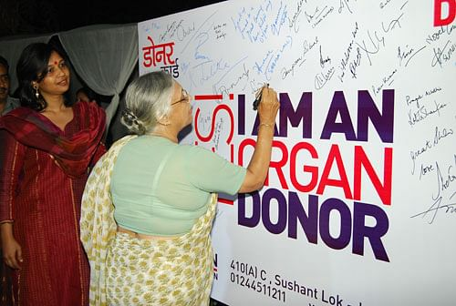 cm-sheila-dixit-siging-the-donor-card-on-april-4-2012