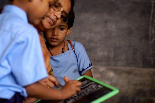 children_reading_pratham_books_and_akshara_-_flickr_-_pratham_books_86
