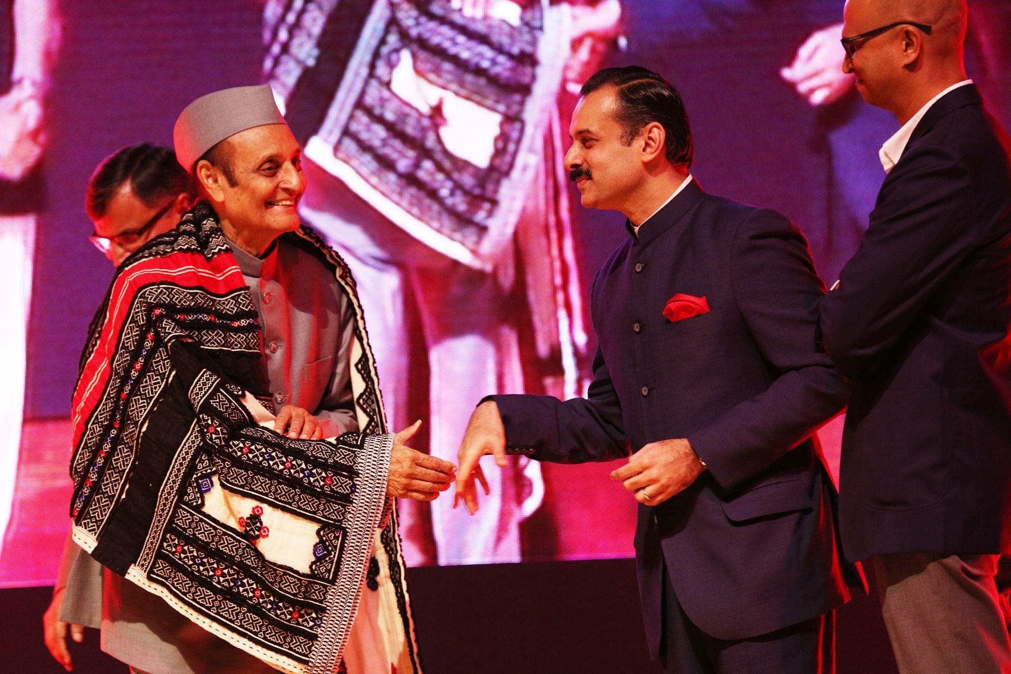 Dr. Karan Singh receiving the Earth Heroes award.