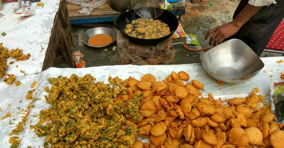 Fresh pakoras being prepared for free distribution