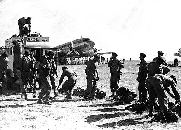 indian-troops-in-srinagar-kashmir-airport-oct-27-1947