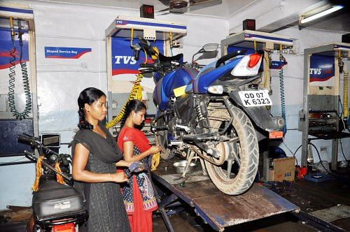 In Odisha's far-flung Gajapati district, Subarni Paikaray and 16 other teenage girls have trained to become motor mechanics. (Credit: Elisa Patnaik\WFS)