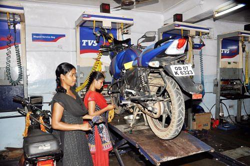 In Odisha's far-flung Gajapati district, Subarni Paikaray and 16 other teenage girls have trained to become motor mechanics. (Credit: Elisa Patnaik\WFS)