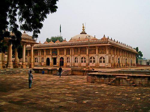 Sarkhej Roza, near Ahmedabad. (Source: By Museeb fakih (Own work) [Public domain], via Wikimedia Commons)