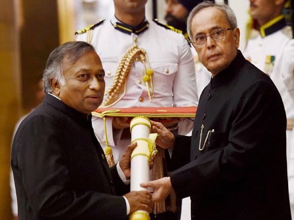 president-pranab-mukherjee-presents-padma-bhushan-to-computer-scientist-vijay-bhatkar-14284950974288