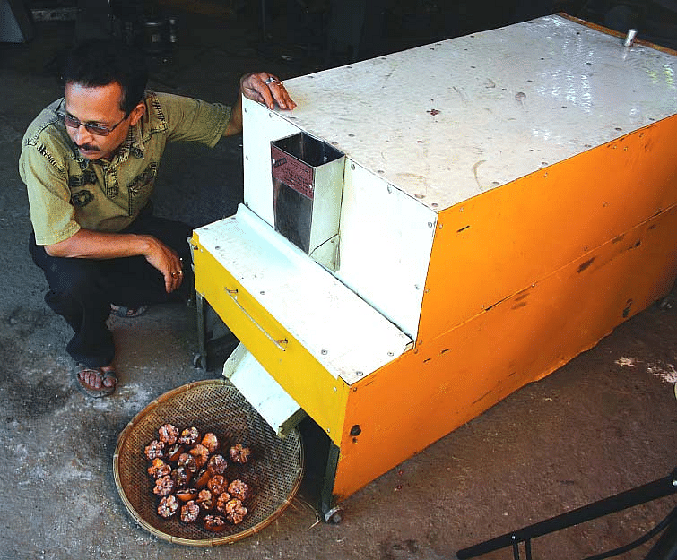uddhab-bharali-and-pomegranate-deseeder1