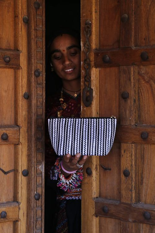 Artisan holding Pabi Bag