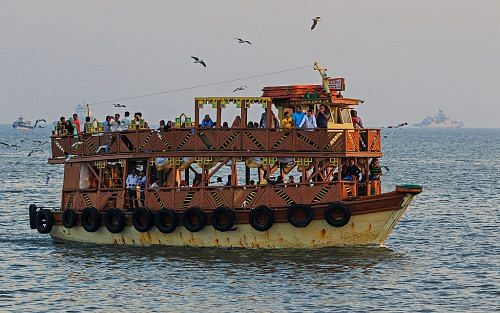 Ferry_near_Gateway_of_India
