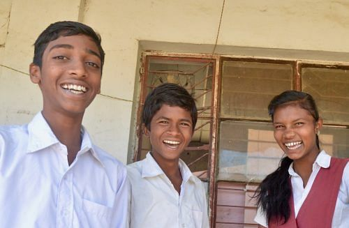 Vishal Sadamwar with his friends, Mangesh Mahadole and Payal Borkar, after class at Jyotiba Phule Vidyalaya. (Credit: Dilnaz Boga\WFS)