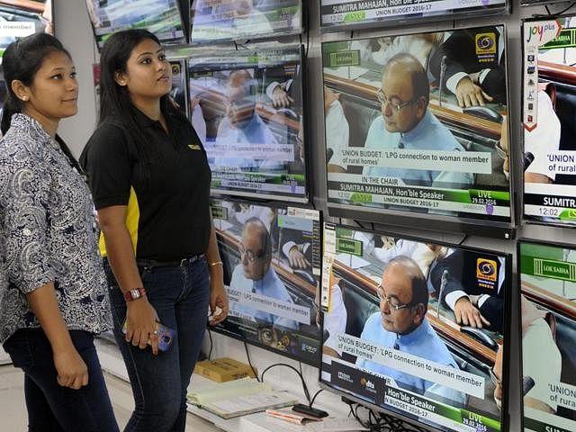 kolkata-monday-hindustan-february-budget-people-watching_2057da26-def8-11e5-9948-13623a58218c