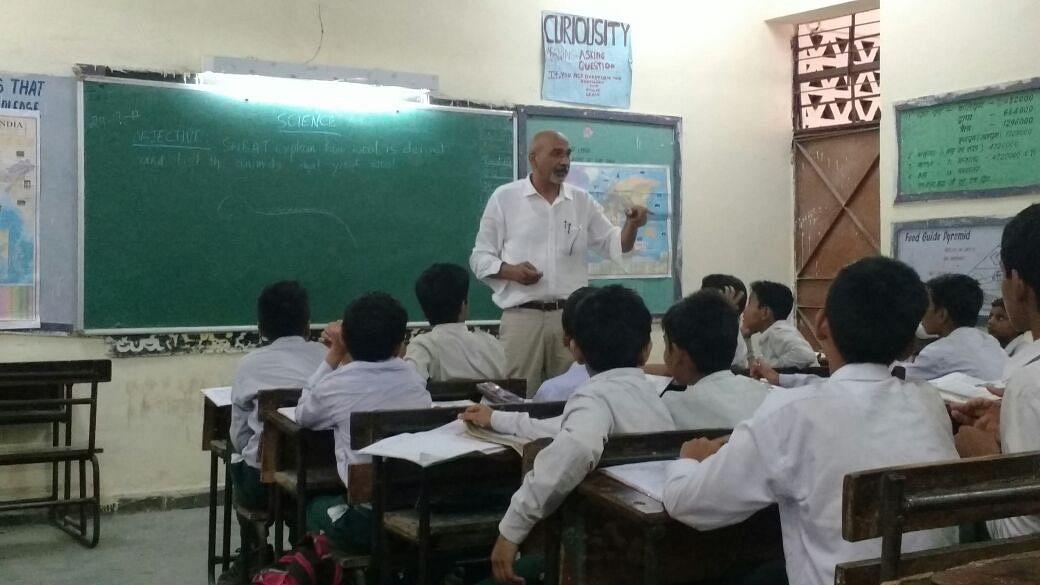 Ravinder Singh teaching children at a government school in Delhi. (Source: Ravinder Singh Dahiya)