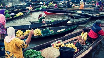 A Traditional Floating Market. Picture Courtesy: Wikimedia Commons.