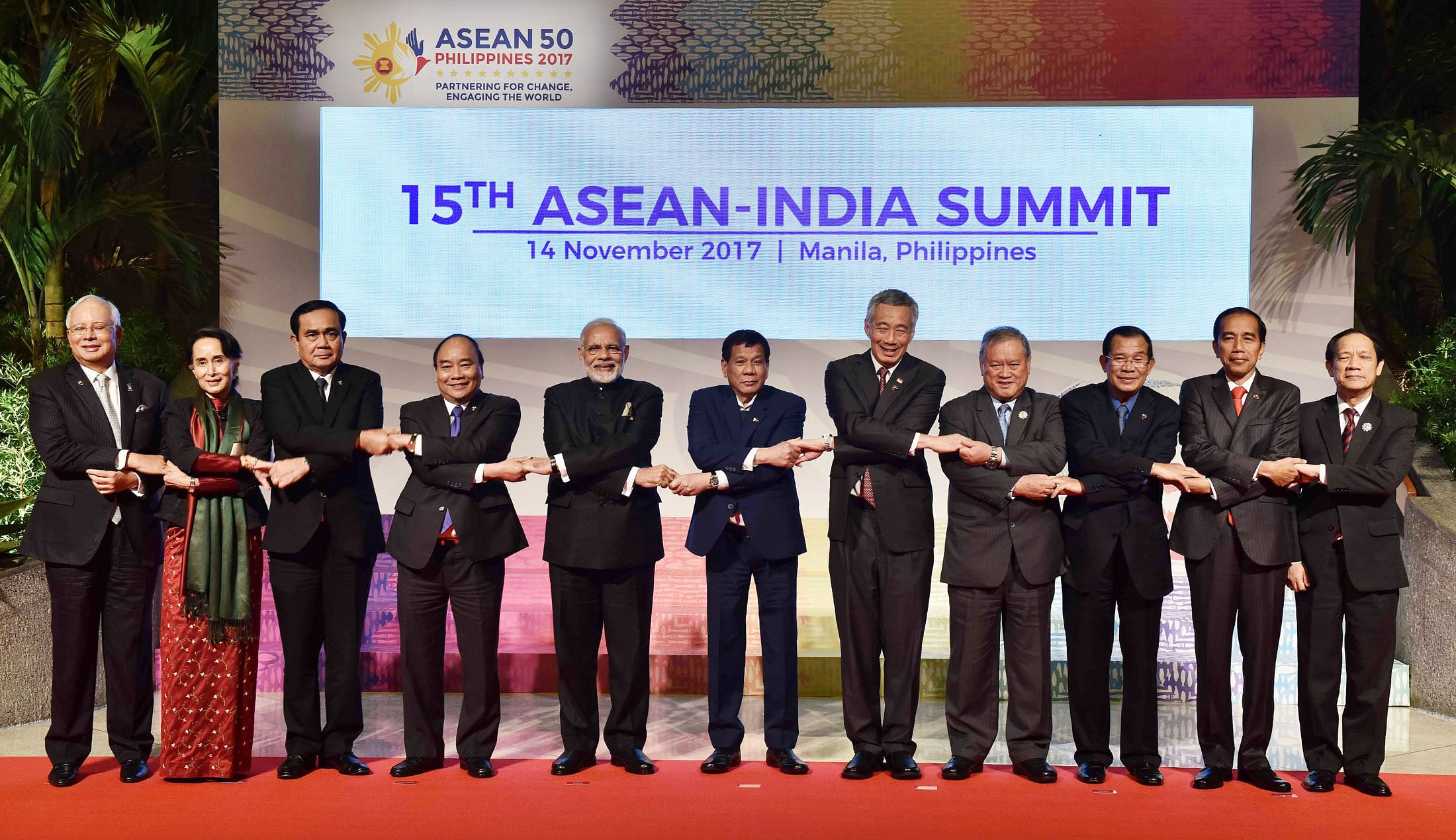 Prime Minister Narendra Modi with other world leaders in a group photograph, at the 15th ASEAN-India Summit, in Manila, Philippines on November 14, 2017. (Source: DD News)