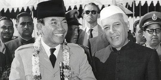 India's first Prime Minister Jawaharlal Nehru with Indonesia's first President Sukarno. (Source: Twitter/Indian Diplomacy)