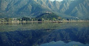 Citizens vowed to clean up the Dal lake, which was choking with weeds and garbage.Image Courtesy: Wikipedia.
