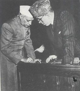 Jawaharlal Nehru in conversation with Sheikh Abdullah. (Source: Wikimedia Commons)