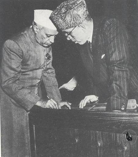 Jawaharlal Nehru in conversation with Sheikh Abdullah. (Source: Wikimedia Commons)