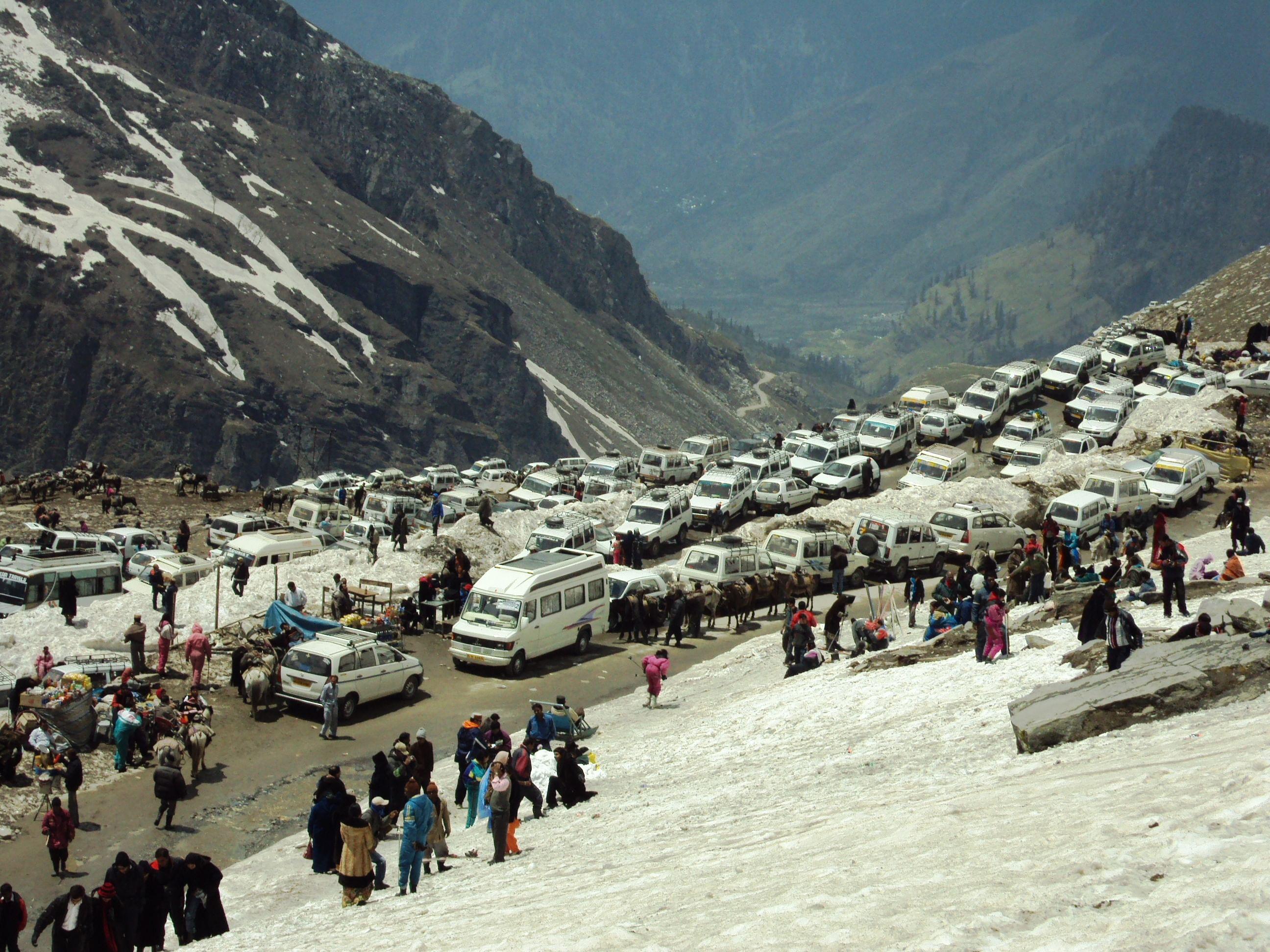Tourist vehicles at Rohtang Pass (Source: Wikimedia Commons)