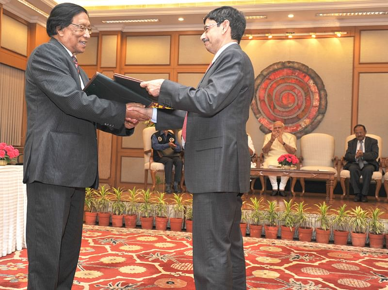General Secretary of the National Socialist Council of Nagaland (I-M) Thuingaleng Muivah with GoI interlocuter RN Ravi during the signing and exchange of historic peace accord on August 03, 2015. (Source: pmindia.gov.in)