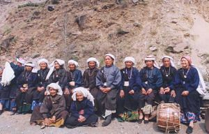 Participants of the first all-woman Chipko action at Reni village in 1974 on left jen wadas, reassembled thirty years later. (Source: Wikimedia Commons)