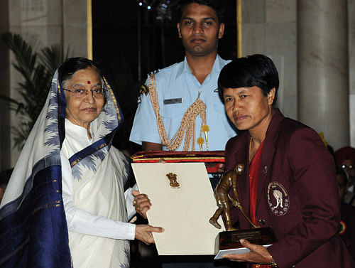Fromer President Pratibha Devisingh Patil presenting the presenting the Dhyan Chand Award-2010 to Anita Chanu for Weightlifting. (Source: PIB)