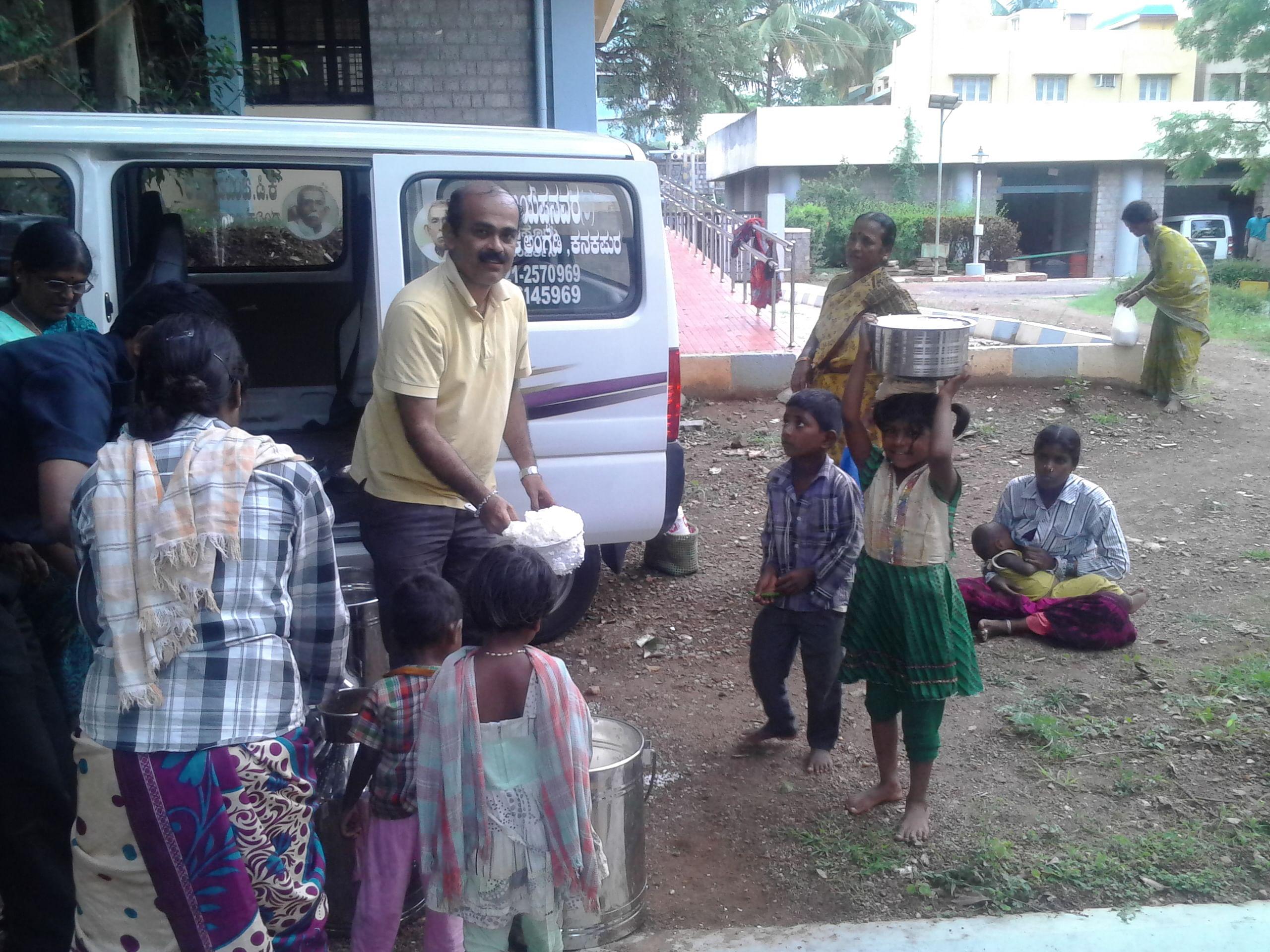 HR Rajendran distributing food in his spare time. (Source: AAF)