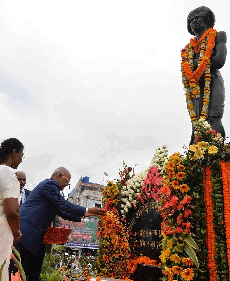 President Ram Nath Kovind paying floral tributes at the statue of Birsa Munda, at Birsa Chowk, Ranchi, in Jharkhand on November 15, 2017. (Source: Ministry of Information & Broadcasting, Government of India)